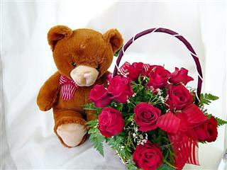 กระเช้าดอกกุหลาบแดง 12 ดอก